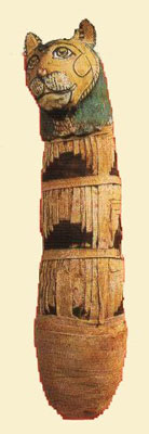 Los egipcios veían en el gato la encarnación de la diosa Bastet, protectora del hogar y de la familia, por lo que le rendían un culto especial