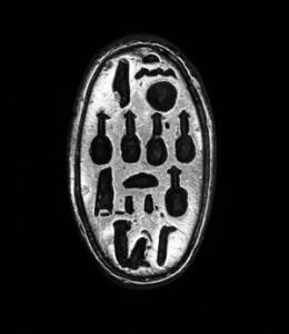 Fig. 15. Anillo de Nefertiti, hallado en una caché cerca de la TA26, junto a otras joyas. Museo de Edimburgo.