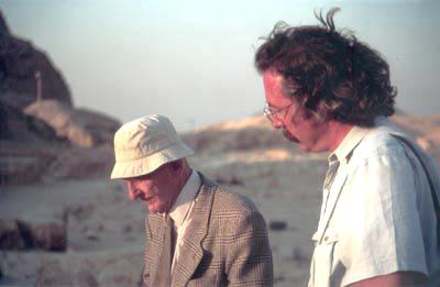 Atendiendo a las explicaciones del malogrado Monsieur Jean-Philippe Lauer visitando el recinto funerario del rey Dyoser en Saqqara (dinastía III)