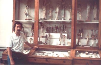 Junto a una de las interesantes vitrinas del Museo Egipcio de El Cairo que muestra las típicas portadoras de ofrendas