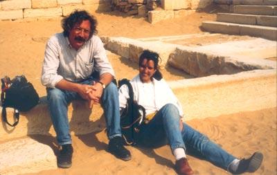 Con mi inseparable compañera Montserrat tomando un merecido descanso en las ruinas de Saqqara
