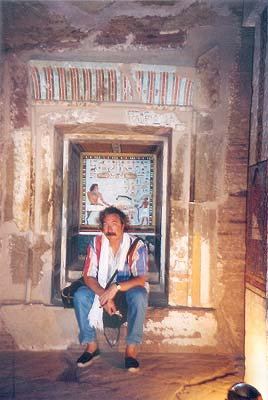 Interior de la capilla funeraria de la tumba de Sarenput II en Qubbet el-Hawa en la región de Asuán (dinastía XII)