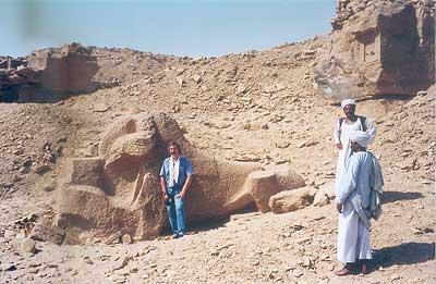 Posando junto a una enorme esfinge inacabada de un carnero representando a Amón en las canteras de Guebel es-Silsila