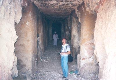 Contemplando los restos de decoración de una tumba tebana anónima en la zona de Dra Abu el-Naga (Imperio Nuevo)