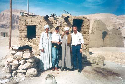 Con Montserrat y dos guardianes frente a su casa de reposo en la zona del Asasif después de tomar el té