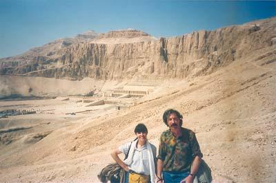 Un alto en el camino hacia Deir el-Bahari, al fondo el templo de la reina Hatshepsut (dinastía XVIII)