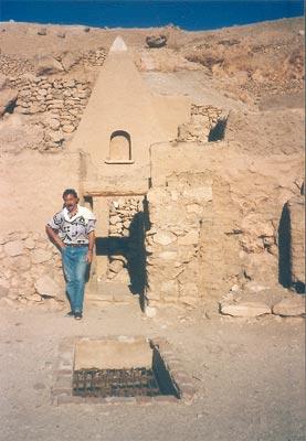 En el patio de la tumba de Sennedyem en Deir el-Medina, delante de una de las pirámides de adobe reconstruida
