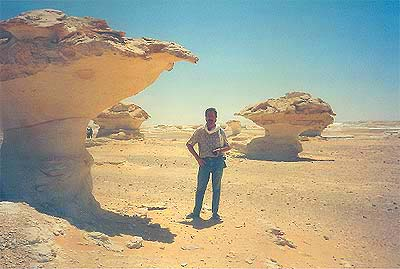 El desierto blanco con sus extrañas formaciones rocosas de creta blanca camino hacia el oasis de Qasr Farafra
