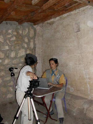 Junto a Ana María preparando las fotografías