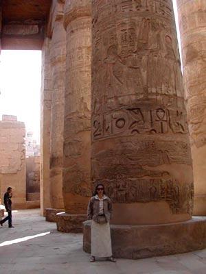 Junto a las columnas del Templo de Karnak