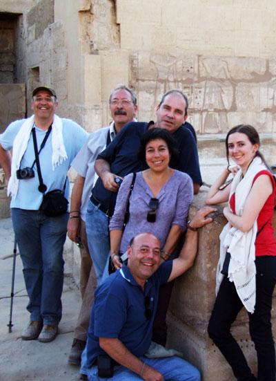 En el templo de Medinet Habu, Pere, Jaume, Javier, Mª Elena, Sílvia y Víctor.