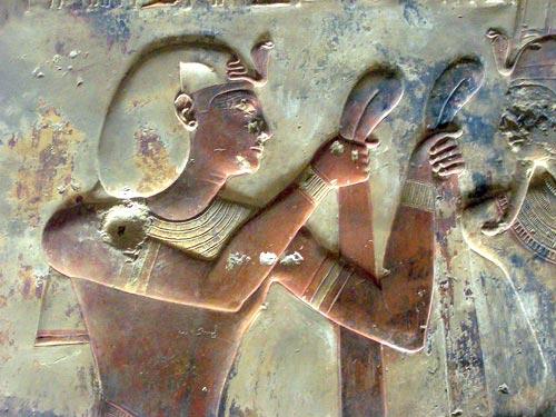 Fig. 2.- (Foto del autor) Capilla de Amón Ra, templo de Abidos. Escena de ritual de ofrendas de tela