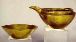Fig. 4. Aguamanil y jofaina de oro.