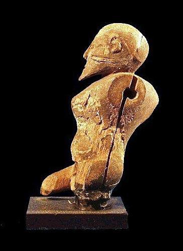 Fig. 4. Imagen que recuerda al afectado por una tuberculosis vertebral (Pott). Museo de Bruselas (Egyptian Treasures in Europe, vol. 2, CCER, Utrecht, 2000).