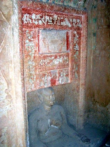 Fig. 5. En esta imagen de la Mastaba de Idu (Guiza) el difunto asoma el busto enseñando una obesidad con la que muestra un estatus social encumbrado, o simplemente la ginecomastia de la madurez. (Foto del autor).