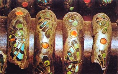 Fig. 5. Brazaletes de plata con libélulas.