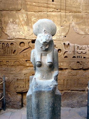 Fig. 6.- (Foto del autor). Sejmet (Medinet Habú); era la diosa de las plagas a la que había que aplacar mediante actos de magia