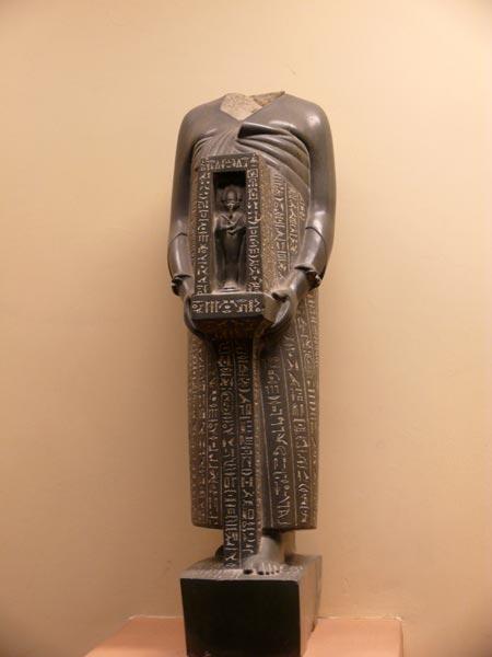Fig. 2. Estatua del Jefe de los médicos Udyahorresnet. Museo Vaticano. Foto: Joan Miralles.