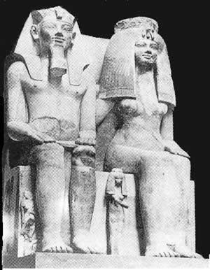 Fig. 4. Estatua colosal de Amenofis III, la reina Tiye y la princesa Henut-taneb. Museo de Luxor.