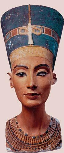 Fig. 7. Busto de Nefertiti del taller del escultor Tutmosis en Amarna. Caliza cubierta de yeso pintado. Museo egipcio de Berlin.