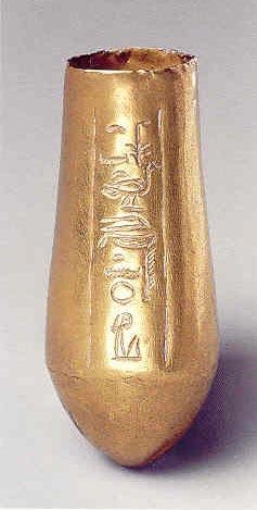 Fig. 10. Pequeña situla de oro, con el nombre de la princesa Meketatón grabado. Metropolitan Museum of Art. Nueva York.