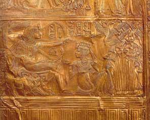 Fig. 11. Detalle de cofre de oro de la tumba de Tutankhamón, en el que se ve al rey cazando pájaros con un arco, mientras su esposa Ankhesenamón le va dando flechas. Museo de El Cairo.