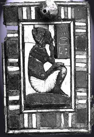 Fig. 13. Tapa de cajita encontrada en la tumba de Tutankhamón, mostrando una niña con el nombre de la princesa Nefernefrure. Madera con incrustaciones de vidrio. Museo de El Cairo.