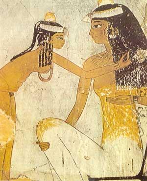 Fig. 19. Una sirvienta (o esclava) coloca el cabello de su señora. Tumba de Djeser, dinastía XVIII.
