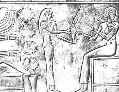 Fig. 22. Sarcófago de la reina Kawit. Una sirvienta le ofrece un pomo de ungüento mientras la abanica con una pluma de ganso. Deir el-Bahari. Dinastía XI. Museo de El Cairo.