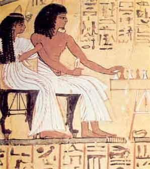 Fig. 9. Senedyem y su esposa, ante una mesa de senet en su tumba de Deir el-Medina (dinastía XIX).
