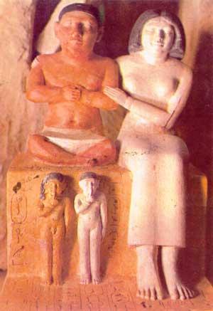 Fig. 33. El enano Seneb y su familia. Dinastía VI. Museo de El Cairo.