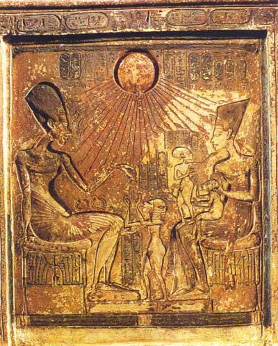 Fig. 35. Akhenaton, Nefertiti y sus hijas, bajo el disco solar, dios Atón.