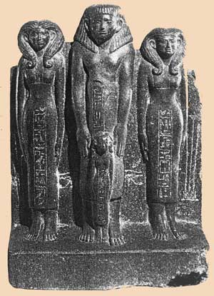 Fig. 36 - Wekhotpe (propietario de la tumba C.1 en Meir) con sus dos esposas, Khnemhotpe y Nebkau (reinado se Sesotris II óIII) Museo de Boston