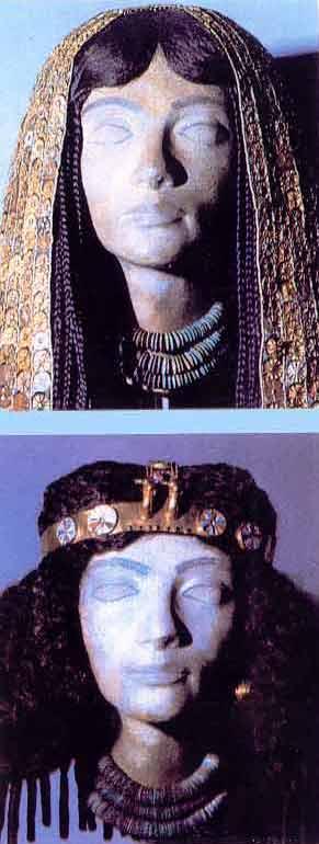 Fig. 37. Ajuares funerarios de 2 de las esposas extranjeras de Tutmosis III. Un tocado largo similar a una peluca y otro con cabezas de gacela unidas a la banda de la parte frontal. Estos tocados solían designar a esposas menores; las más importantes llevaban el tocado de buitre. Museo Metropolitano de Nueva York.