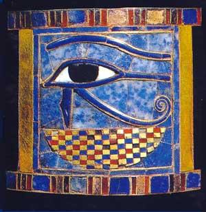 Fig. 45. El ojo de la luna que Set le robó a Horus y que luego le fue devuelto por Tot, el ojo Wadjet era un amuleto popular y se llevaría como protección contra el mal. Simboliza el poder de la luz encarnado en el dios solar Horus. también estaba pintado en parejas en los ataúdes y sarcófagos para proteger al cuerpo que había dentro.