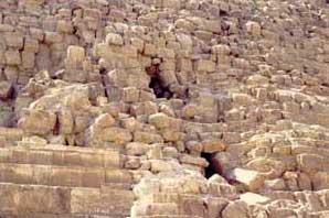 Fig. 50. Aspecto actual (detalle) de la Gran Pirámide.