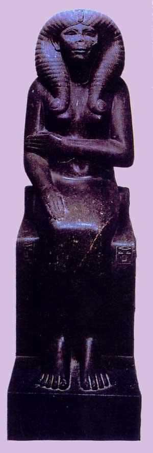 Fig. 54. Estatua en granito negro de la reina Nofret, hallada en Tanis. Museo de El Cairo.
