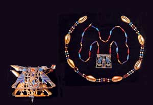 Fig. 55. Joyas de la princesa Sit-Hathor Yunet, Cinturón de conchas de cauri y pectoral con el cartucho de Sesotris II. Este mismo cartucho aparece en un pectoral (inferior) de esta misma princesa que Petrie encontró en El Lahun. Museo de El Cairo.