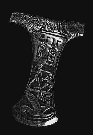 Fig. 56. Ahotep además de corregente de su hijo, es evidente que también fue una activa jefe militar. Este hecho queda confirmado por una espléndida hacha de guerra hallada en su tumba.