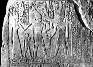 Fig. 57. La Donación Estela del rey Amosis mostrando a éste con su reina Ahmose-Nefertari y su hijo ante el dios Amón-Ra.