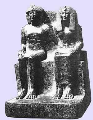 Fig. 59. Estatua de granito negro de Tutmosis IV con su madre la reina Tio. Curiosamente, están bastante separados; a pesar de todo, se hace hincapié en su derecho al trono. Museo de El Cairo.