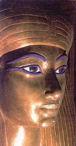 Fig. 62. Cara del féretro de madera recubierta de oro de la reina Tuya. Museo de El Cairo.