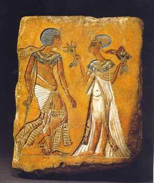 Fig. 70. Tutankhamon con Anjesenamón. Museo de Berlín.
