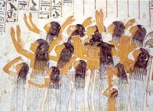 Fig. 95. En esta pintura de la Tumba de Ramose (visir de Amenofis III-dinastía XVIII), aparece un grupo de plañideras, que entonan sus lamentos en los funerales del difunto.