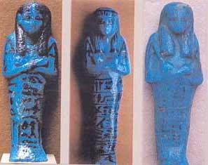 Fig. 96. Ejemplares de figurillas reales shabtis en fina loza azul, procedentes del escondite de Deir el-Bahari.