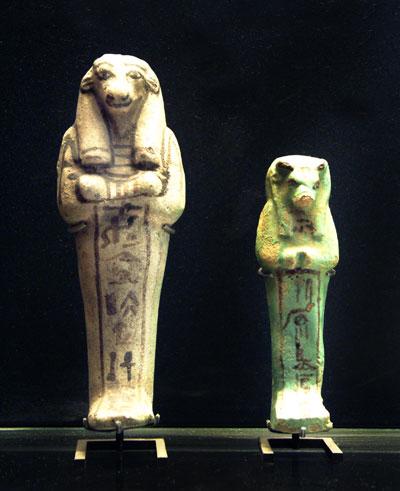 Fig. 8. Estatuillas con cabeza de Apis. Museo del Louvre. París.