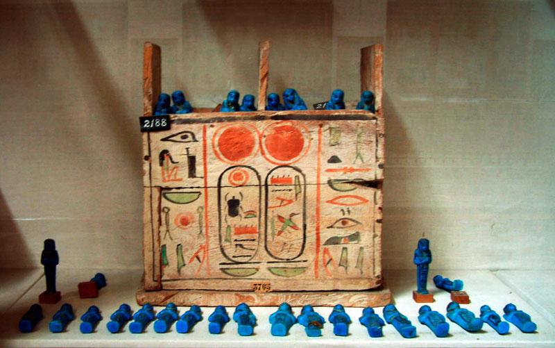 Fig. 9. Caja de ushebtis de Pinedjem I (Tercer Período Intermedio). Museo del Cairo.