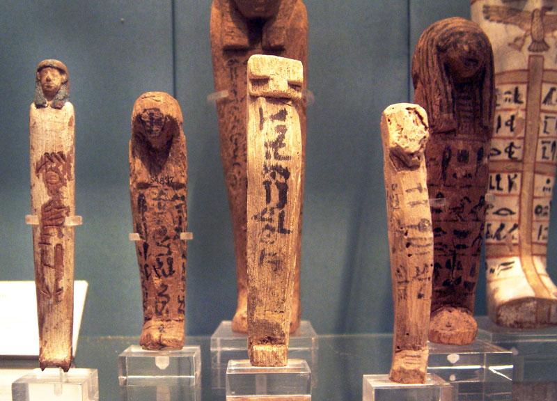 Fig. 12. Diversos shabtis característicos de la din. XVII. British Museum. Londres.