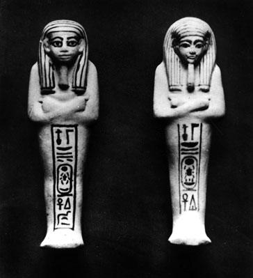 Fig.16. Ushebtis Tutankhamón. Al de la izq. le faltan los 3 trazos verticales en el cartucho. Leyéndose Jeper en vez de Jeperu que sería lo correcto.