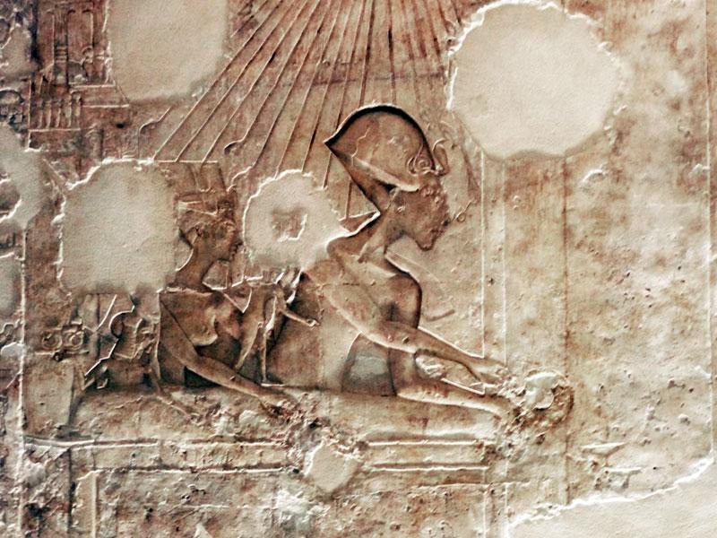 Ajenatón y Nefertiti recompensando a Ay.